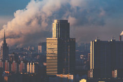 Городской пейзаж утра с небоскребами и дымом Стоковая Фотография