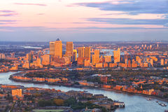 Городской пейзаж финансового района причала Лондона канереечный на заходе солнца Стоковое Изображение