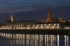 Городской пейзаж Флоренса ночи и река Арно Стоковое Изображение