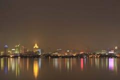 Городской пейзаж Ханчжоу, увиденный от стороны реки на ноче Стоковое Изображение