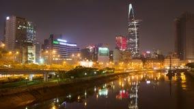 Городской пейзаж Хо Ши Мин на ноче при яркое освещение современной архитектуры, осмотренное над рекой Сайгона в южной акции видеоматериалы