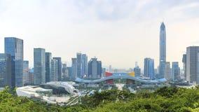 Городской пейзаж Шэньчжэня на заходе солнца с городским административным центром и Пингом IFC на переднем плане Стоковая Фотография RF
