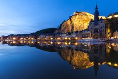 Городской пейзаж Dinant на ноче вдоль реки Мёза, Бельгии Стоковая Фотография