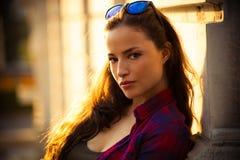 Городской портрет девушки внешний в летнем дне города Стоковые Изображения RF
