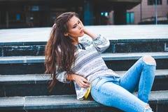 Городской портрет девушки на лестницах Стоковое Изображение RF