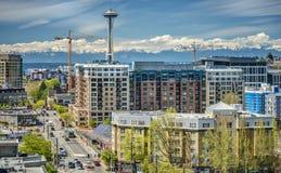 Городской Сиэтл с олимпийскими горами Стоковые Изображения RF
