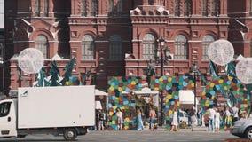 Городской транспорт двигая вдоль здания Москвы Кремля, фестиваль лета видеоматериал