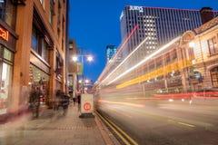 Городской транспорт на обширной улице, Бирмингеме, на сумраке стоковые изображения rf