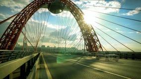 Городской транспорт на современном мосте Timelapse акции видеоматериалы
