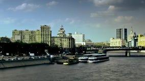 Городской транспорт с быстроподвижными облаками на современном timelapse движения предпосылки зданий акции видеоматериалы
