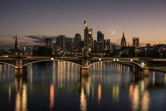Городской Франкфурт к ноча Стоковые Изображения RF