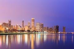 Городской Чикаго через Lake Michigan на заходе солнца, IL Стоковая Фотография RF