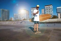 Городской longboarding в конкретном skatepark стоковая фотография rf