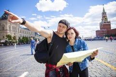 Город туристов пар sightseeing с картой Красная площадь, Москва, r Стоковое Изображение