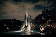 Город фонтана Чикаго Lincoln Park на ноче Sculptu фонтана Стоковая Фотография
