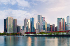 Город Чикаго США,   цветастый горизонт панорамы захода солнца центра города Стоковая Фотография RF