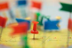 Город штыря флагов страны карты мира отмеченный прицельный Стоковое Фото