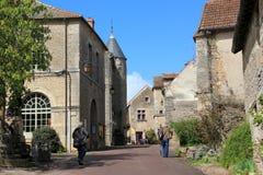 Город Châteauneuf-en-Auxois в бургундском стоковые изображения