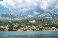 Город Herceg Novi в заливе Kotor, взгляде от моря Стоковые Изображения