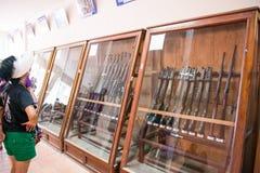 Город HOJIMIN, Вьетнам 17-ое марта:: путешественник смотрит оружие от Стоковая Фотография