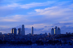 город istanbul besiktas над взглядами захода солнца Стоковые Изображения