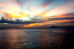 Город Manado, северное небо Сулавеси драматическое и вулкан стоковые изображения rf