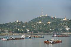 Город Sagaing около реки Ayeyarwady, Мьянмы стоковые фотографии rf