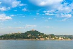 Город Sagaing, река Irrawaddy, Мандалай, Мьянма, Бирма Скопируйте космос для текста стоковое фото rf