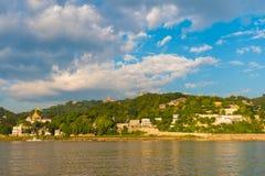Город Sagaing, река Irrawaddy, Мандалай, Мьянма, Бирма Скопируйте космос для текста стоковая фотография rf
