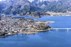 Город Yamanashi Fujiyoshida зимы и озеро Япония Kawaguchigo Стоковые Фотографии RF