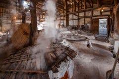 Город Zigong, провинция Сычуань, тысяча метров старого соли - колодцы моря руин сына воспроизводят старую традицию ремесла соли Стоковое фото RF