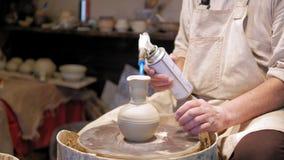 Горшечник на работе гончар делая керамический бак на колесе гончарни акции видеоматериалы
