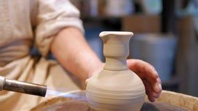 Горшечник на работе гончар делая керамический бак на колесе гончарни сток-видео