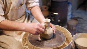 Горшечник на работе гончар делая керамический бак на колесе гончарни видеоматериал