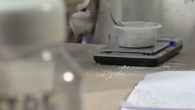 Горшечник работая с глиной сток-видео