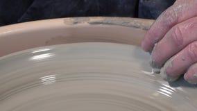 Горшечник работая с глиной видеоматериал