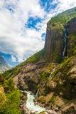 Горы ландшафта Гималаи Предпосылка сезона лета конца водопадов красивого вида Зеленое небо Threes пасмурное голубое Стоковые Изображения RF