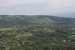 Горы ландшафта, дома в деревне в Georgia Взгляд земли от высоты Стоковые Фото