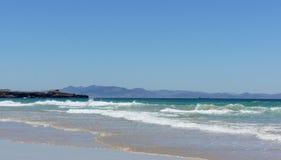 Горы атласа в взгляде Morroco от пляжа Европы - Тарифы Стоковое Изображение RF