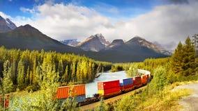 Горы благоустраивают, длинный поезд, национальный парк Banff, Канада Стоковые Фотографии RF