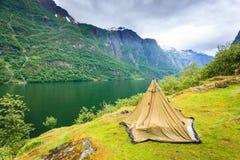 Горы благоустраивают и фьорд в Норвегии Стоковые Фото