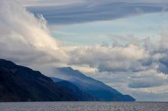 Горы благоустраивают на восходе солнца - облачном небе в пастельных цветах для вашего дизайна Романтичный seascape - взгляд взмор Стоковое Изображение