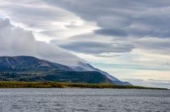 Горы благоустраивают на восходе солнца - облачном небе в пастельных цветах для вашего дизайна Романтичный seascape - взгляд взмор Стоковые Изображения