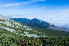 Горы благоустраивают сцену затишья природы пейзажа высоких пиков одичалую Пеший туризм перемещения образа жизни активный Сценарны стоковое фото