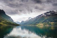 Горы благоустраивают и фьорд в Норвегии Стоковые Фотографии RF