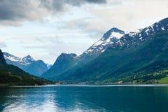 Горы благоустраивают и фьорд в Норвегии Стоковое Изображение RF
