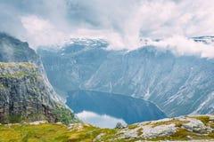 Горы благоустраивают с голубым небом и озером в Норвегии Scandinavi Стоковые Изображения RF