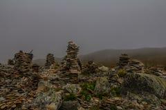 Горы благоустраивают с пирамидами камней Стоковые Фотографии RF