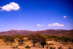 Горы вдоль дороги magadi стоковое изображение rf