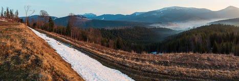 Горы весны раннего утра прикарпатские стоковые изображения rf